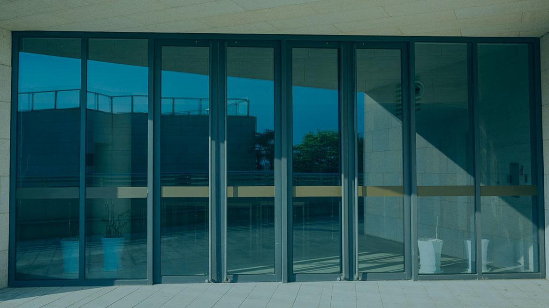 Adecuación a la normativa de puertas automáticas y mantenimiento obligatorio para la seguridad vecinal.